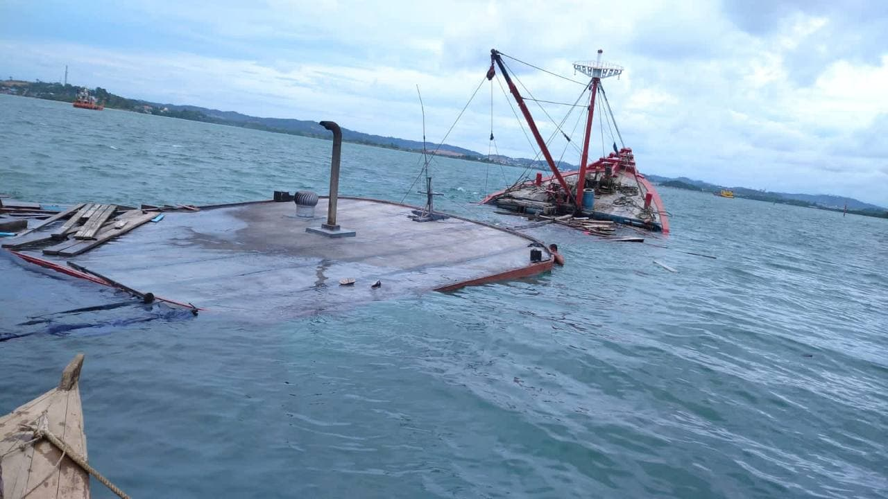 Cement Cargo Ship Sinks in Batu Ampar Waters, 2 Crew Members Are Reported Missing