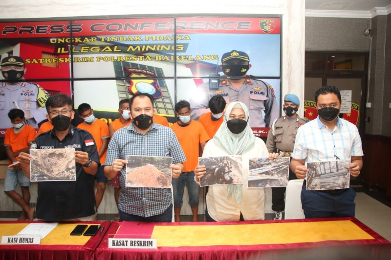 Police Arrest The Owner and Illegal Sand Mining Workers in Batam
